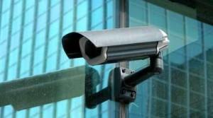 Une caméra de surveillance installée à l'extérieur de l'endroit à sécuriser