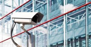 Une caméra de surveillance installée à l'extérieur